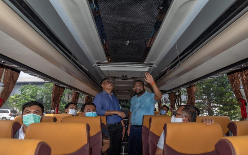 Direktur Utama PT SAN Putra Sejahtera Kurnia Lesani Adnan berbincang dengan General Manager Sales United Tractors Suhardi di dalam bus Scania K410IB-6x2 tersebut dilengkapi teknologi Intelligent Air Purification and Disinfection System 2.0, Rabu (23/12 - 2020).