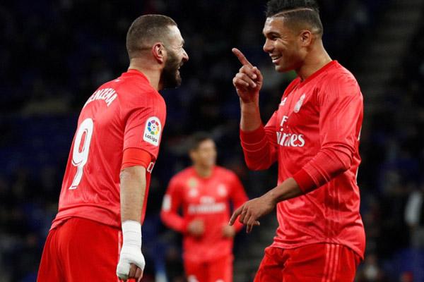 Dua pemain andalan Real Madrid, Karim Benzema (kiri) dan Casemiro./Reuters - Albert Gea