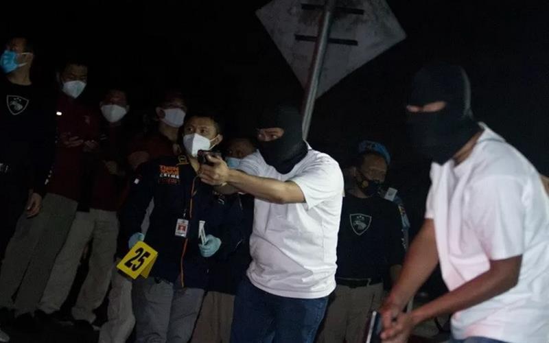 Sejumlah anggota tim penyidik Bareskrim Polri memperagakan adegan saat rekonstruksi kasus penembakan enam anggota laskar Front Pembela Islam (FPI) di Karawang, Jawa Barat, Senin (14/12/2020) dini hari. - Antara