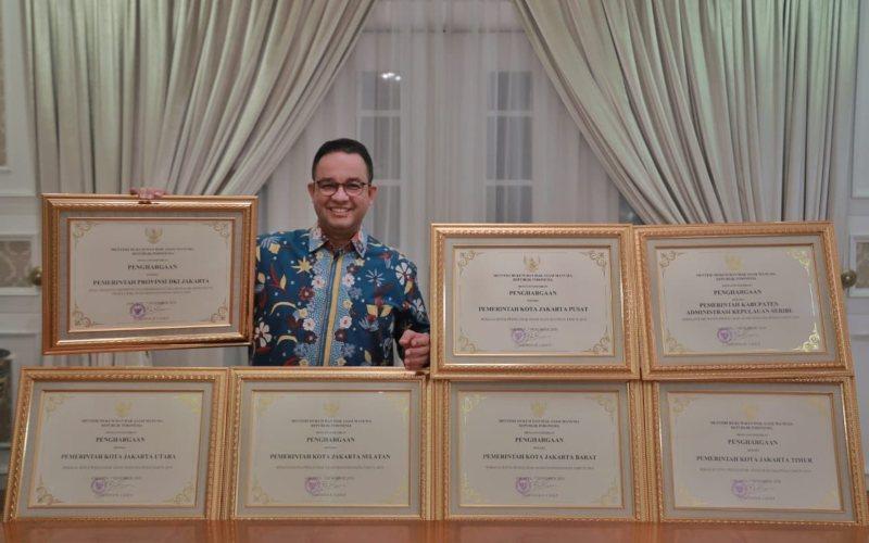Gubernur DKI Jakarta Anies Baswedan menunjukkan penghargaan HAM untuk Provinsi DKI Jakarta dan seluruh wilayah administrasi di DKI Jakarta dari Kementerian Hukum dan HAM RI / twitter