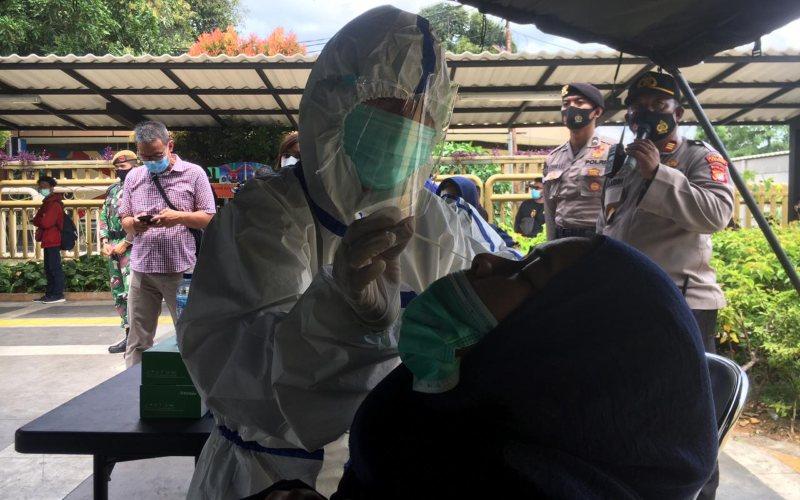 TNI/Polri mengadakan layanan rapid test antigen gratis untuk penumpang kereta di Stasiun Senen / Istimewa
