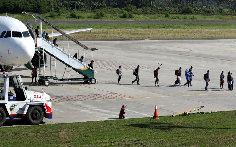 Penumpang tiba di Bandara Banyuwangi, Jawa Timur, Kamis (24/12/2020). PT Angkasa Pura II mencatat pada H-7 sampai dengan H-2 arus libur Natal dan tahun baru 2021, penumpang di Bandara Banyuwangi sebanyak 2.375 atau turun dibandingkan tahun 2019 sebanyak 4.938 penumpang. - Antara/Budi Candra Setya