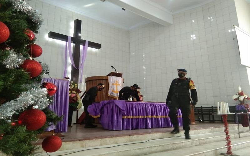 Proses sterilisasi yang dilakukan Satuan Brimob Detasemen Gegana Polda Sulsel di Gereja Katedral, Makassar untuk mengantisipasi teror bom pada perayaan Natal 2020 - Wahyu Susanto