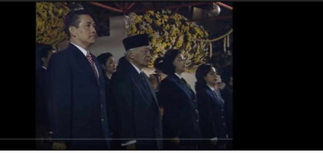 Presiden Soeharto (Peci) dan Wakil Presiden Tri Soetrisni dalam Pembukaan Sea Games XIX Jakarta. - Youtube Sembilani Sepuluhi