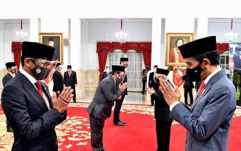 Menteri Pariwisata dan Ekonomi Kreatif Sandiaga Uno bersalaman dengan Presiden Jokowi usai pelantikan di Istana Negara, Rabu (23/12/2020)  -  Dok. Sekretariat Presiden RI