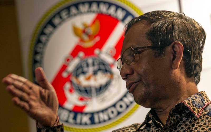 Menko Polhukam Mahfud MD menjadi pembicara kunci saat seminar nasional untuk memperingati HUT Ke-6 Badan Keamanan Laut (Bakamla) di Jakarta, Selasa (15/12/2020)./ANTARA FOTO - Aditya Pradana Putra