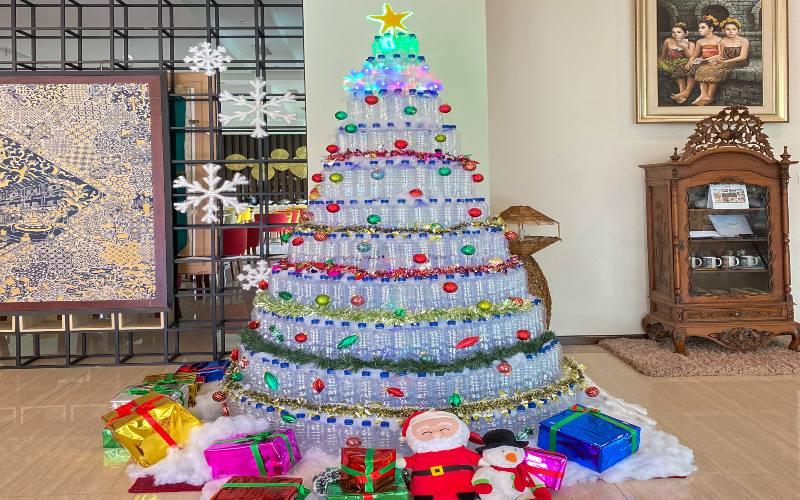 Hiasan pohon Natal yang dipajang di lobi Hotel Horison Nindya Semarang dibuat dari botol bekas air mineral dari sisa pemakaian para tamu yang menginap serta kapas dakron bekas bantal hotel yang sudah tidak layak pakai.