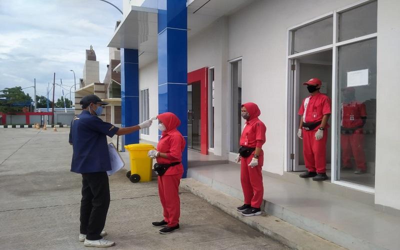 Pengawas SPBU melakukan pengecekkan suhu kepada seluruh operator yang akan bertugas - Istimewa