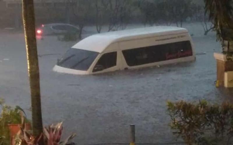 Mobil terendam banjir di Bandung - Media sosial