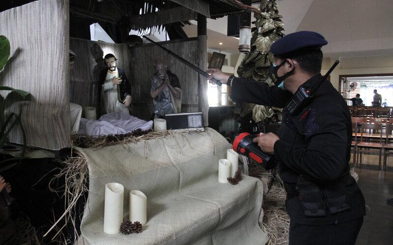 Polisi melakukan penyisiran di Gereja Katolik Santo Antonius Padua Kotabaru, Yogyakarta, Kamis (24/12/2020). Sterilisasi tersebut untuk memberikan keamanan dan kenyamanan kepada umat Katolik dalam menjalankan ibadah perayaan Hari Natal 2020. - Antara/Hendra Nurdiyansyah.