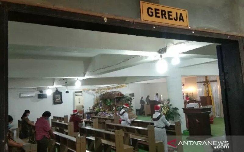 Suasana pelaksanaan ibadah Misa Natal di Gereja Katolik Santo Clemens Kendari, Kota Kendari, Sulawesi Tenggara, Jumat (25/12/2020). - Antara/Harianto
