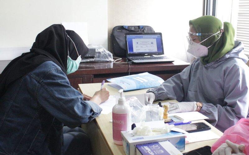 Petugas laboratorium mitra dari HARRIS Hotel & Conventions Malang siap memberikan layanan rapid test antigen dan antibodi bagi tamu pada musim libur Natal dan Tahun Baru. - Istimewa