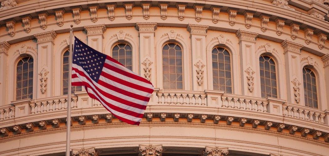 Bendera Amerika Serikat berkibar di Capitol Building di Washington, D.C., AS, pada  Senin, 20 Oktober 2009. Andrew Harrer  -  Bloomberg