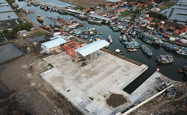 Foto udara suasana pembangunan kawasan galangan kapal di pelabuhan ikan Karangsong, Indramayu, Jawa Barat, Jumat (14/2/2020). ANTARA FOTO - Dedhez Anggara