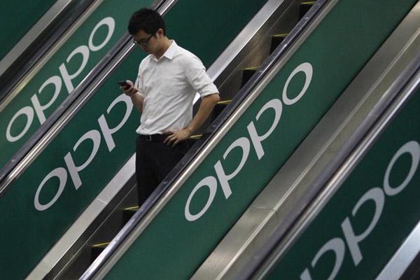 Logo Oppo tampak di stasiun kereta di Singapura./Reuters - Edgar Su