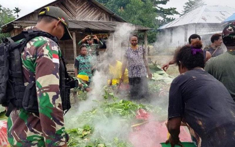 Satgas Pamtas RI-PNG Yonif Mekanis Raider 413 Kostrad Pos Bendungan Tami bersama warga perbatasan di Kampung Gambut, Distrik Muara Tami, Kota Jayapura, menggelar acara bakar batu. - Antara