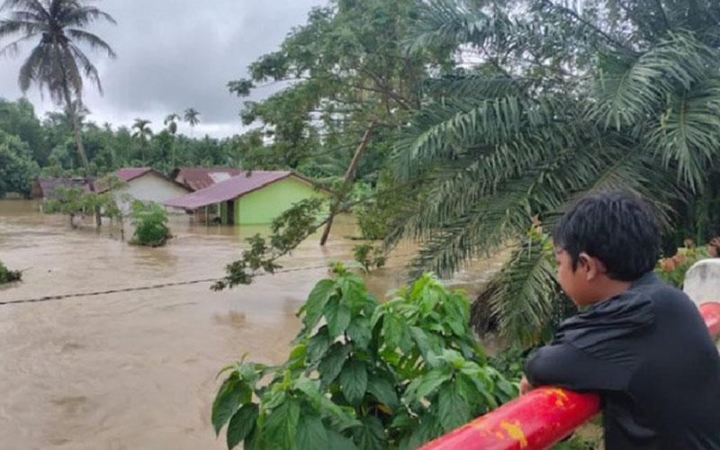 Kondisi jalanan dan fasilitas umum serta pekarangan rumah warga di Gampong Tanjong Haji Muda, Matangkuli, Aceh Utara, terendam banjir akibat curah hujan tinggi, Sabtu (5/12/2020). - Antara