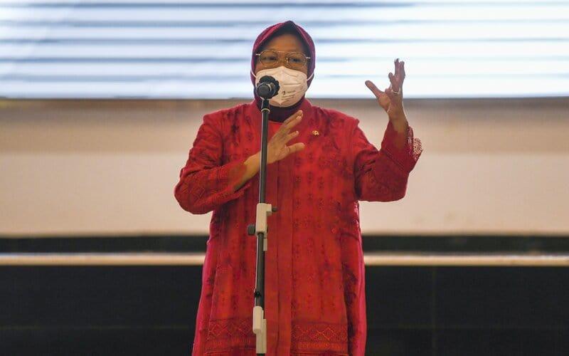 Menteri Sosial Tri Rismaharini memberikan sambutan dalam acara serah terima jabatan Menteri Sosial di Kantor Kementerian Sosial, Jakarta, Rabu (23/12/2020). - Antara/Galih Pradipta.