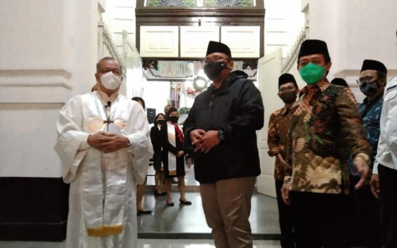 Menteri Agama Yaqut Cholil Qoumas pada Kamis malam (24/12), meninjau perayaan Natal di GPIB Immanuel atau yang dikenal dengan Gereja Blenduk di Kota Lama, Semarang. -  Kemenag