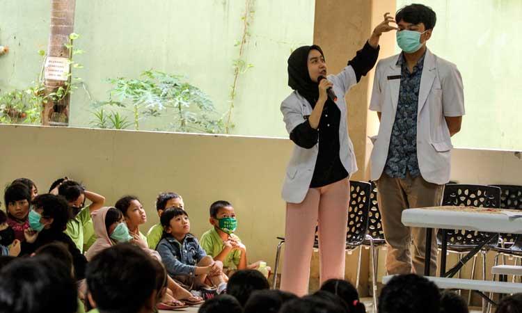 Petugas Puskesmas mempraktikan penggunaan masker kepada sejumlah siswa saat sosialisasi di Sekolah Tunas Global, Depok, Jawa Barat, Selasa (3/3 - 2020). Kegiatan tersebut sebagai upaya antisipasi Virus Corona pada usia dini dengan mengukur suhu tubuh saat memasuki sekolah dan mensosialisasi penggunaan masker yang benar saat sakit. ANTARA