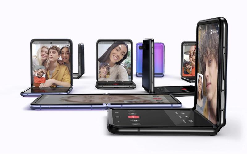 Samsung Galaxy Z Flip. Ponsel layar penuh yang dapat dilipat agar sesuai dengan saku dengan kaca fleksibel, kamera yang dibuat sendiri, dan baterai ganda berdaya tahan sepanjang hari.  - Samsung.com