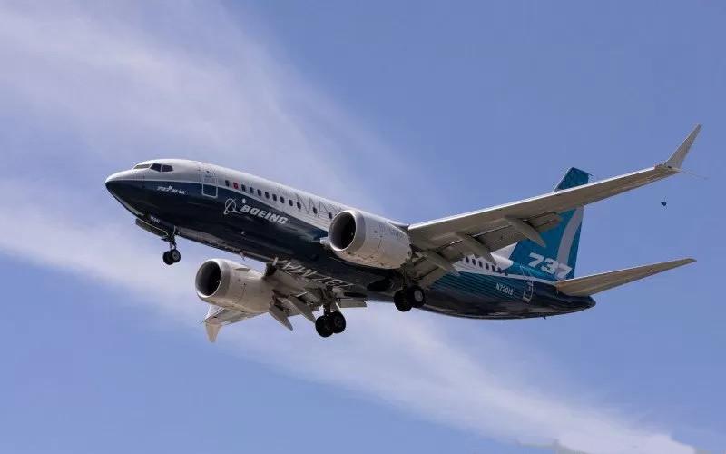 Boeing 737-8. Amerika Serikat mencabut larangan penerbangan, yang sebelumnya diberlakukan 20 bulan, atas 737 MAX pada November.  - Boeing
