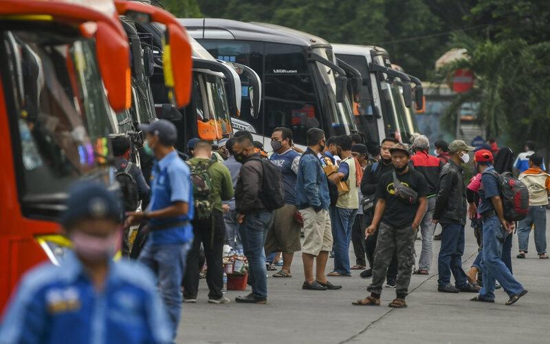 Sejumlah calon penumpang bersiap memasuki bus di Terminal Kampung Rambutan, Jakarta, Rabu (23/12/2020). Berdasarkan data Dishub Terminal Kampung Rambutan per-tanggal 22 Desember 2020 jumlah pemudik yang diberangkatkan menuju luar Jakarta melalui Terminal Kampung Rambutan sebanyak 4.699 penumpang, sementara jumlah penumpang bus yang tiba di Jakarta sebanyak 11.397 penumpang. - Antara/Galih Pradipta.