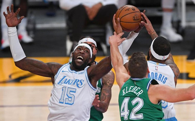 Pebasket Los Angeles Lakers Montrezl Harrell (15) dan Markieff Morris (88) berebut bola dengan pebasket Dallas Mavericks Maxi Kleber (42)./Antara - Reuters