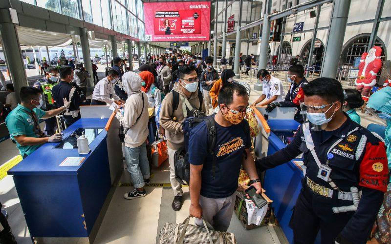 Penumpang antre untuk memasuki area peron di memasuki Stasiun Pasar Senen, Jakarta, Jumat (25/12/2020). PT Kereta Api Indonesia telah menjual 428.000 tiket KA untuk periode masa libur Natal dan Tahun Baru 2021 keberangkatan 18 Desember 2020 - 6 Januari 2021.  - ANTARA
