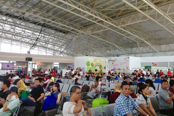 Calon penumpang berada di ruang tunggu terminal 2,3 dan 4 keberangkatan, di bandara Supadio, Pontianak, Senin (27/3). Platform di lokasi tersebut pada hari sebelumnya jatuh menimpa sebagian calon penumpang. - JIBI/Yanuarius Viodeogo