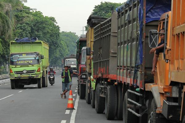 Sejumlah truk antre menimbang di pintu masuk pelabuhan Tanjung Perak, Surabaya, Jawa Timur, Selasa (5 Januari 2016).  -  Antara/ Didik Suhartono