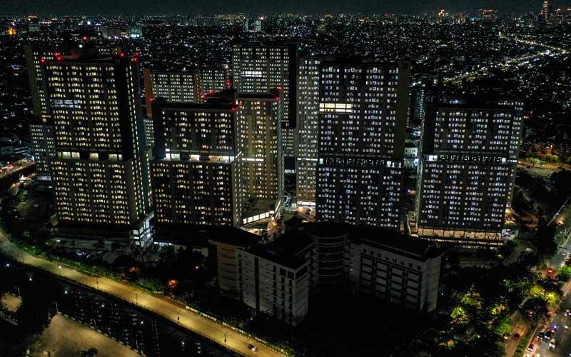 Foto aerial suasana malam hari di Rumah Sakit Darurat (RSD) Penanganan Covid-19 Kompleks Wisma Atlet Kemayoran Jakarta, Selasa (22/12/2020).  ANTARA FOTO - Galih Pradipta