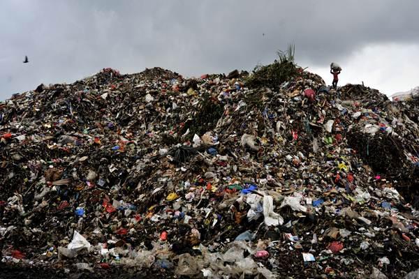 Pemulung mengangkat sampah yang bisa didaur ulang di TPA Antang Makassar, Sulawesi Selatan, Selasa (5 Januari 2016).  -  Antara Yusran Uccang