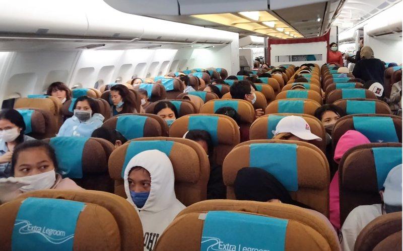 Sejumlah warga negara Indonesia berada di pesawat Garuda yang disewa khusus di Bandar Udara Internasional Velana, Maldives, Jumat (1/5 - 2020) malam. KBRI Colombo merepatriasi mandiri gelombang kedua dengan memulangkan 347 pekerja migran Indonesia dari Sri Lanka dan Maladewa ke Indonesia akibat pandemi Covid/19. /ANTARA