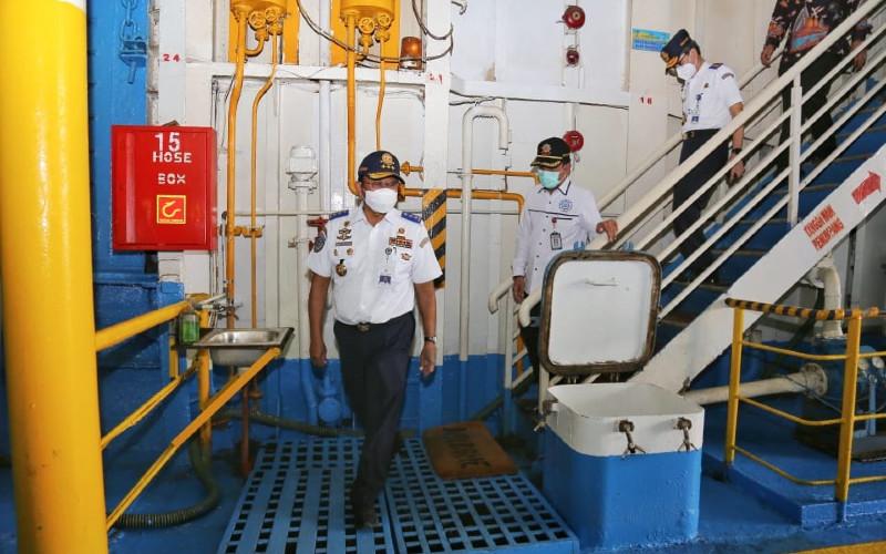 Direktur Jenderal Perhubungan Darat Budi Setiyadi meninjau kesiapan armada penyeberangan jarak jauh Ketapang-Lembar di Banyuwangi, Sabtu (26/12 - 2020).
