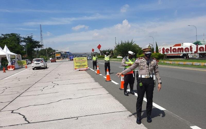 Kepolisian Resor Kota (Polresta) Cirebon, Jawa Barat, melakukan penyekatan kendaraan besar di Gerbang Tol (GT) Palimanan