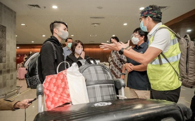 Menparekraf Sandiaga Uno meninjau penerapan protokol kesehatan di Bandar Udara I Gusti Ngurah Rai, Minggu (27/12 - 2020) / Dok. Kemenparekraf