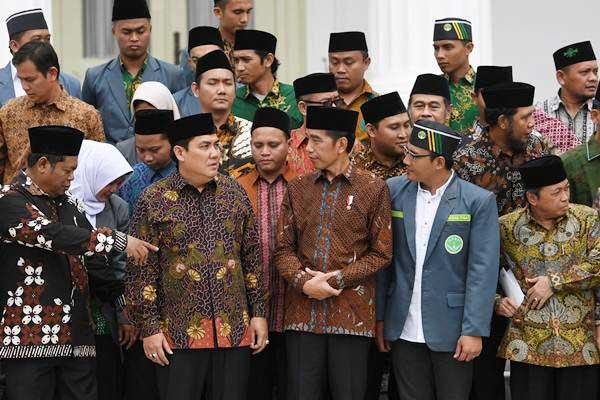 Presiden Joko Widodo (tengah) berbincang dengan Sekjen PBNU Helmy Faishal Zaini (kedua kiri) dan peserta, usai membuka Kongres XIX Ikatan Pelajar Nahdlatul Ulama (IPNU) dan Kongres XVIII Ikatan Pelajar Putri Nahdlatul Ulama (IPPNU) di depan Istana Merdeka Jakarta, Jumat (21/12/2018). - ANTARA/Wahyu Putro A