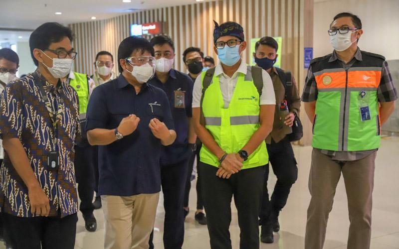 Menteri Pariwisata dan Ekonomi Kreatif Republik Indonesia Sandiaga S. Uno (kedua dari kanan) saat melakukan kunjungan ke Bandara Ngurah Rai di Bali. -  Dok. AP I