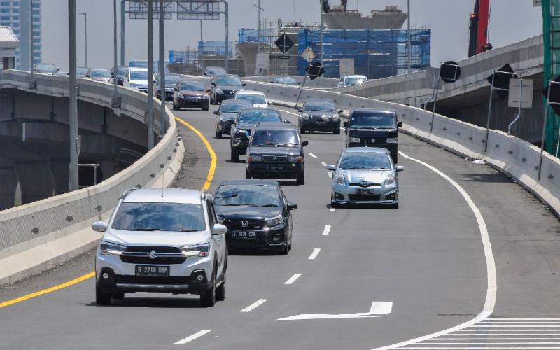 Ilustrasi Jalan Tol Cikampek-Jakarta. Total kendaraan menuju Jakarta dari arah Timur pada hari pertama arus balik libur Natal 2020 sebanyak 61.309 kendaraan, turun sebesar 1,7 persen dari lalin normal.  - ANTARA