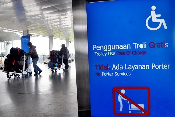 Penumpang membawa barang bawaan mengunakan troli di Bandara Internasional Kuala Namu Deli Serdang yang dikelola PT Angkasa Pura II , di Sumatra Utara, Kamis (6/4). - Antara/Anis Efizudin