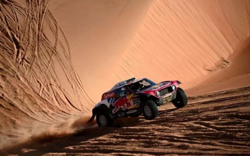 Pereli tim Mini Stephane Peterhansel dan co-driver Paulo Fiuza menjalani etape 11 Reli Dakar 2020 di Arab Saudi pada 16 Januari./Antara - AFP