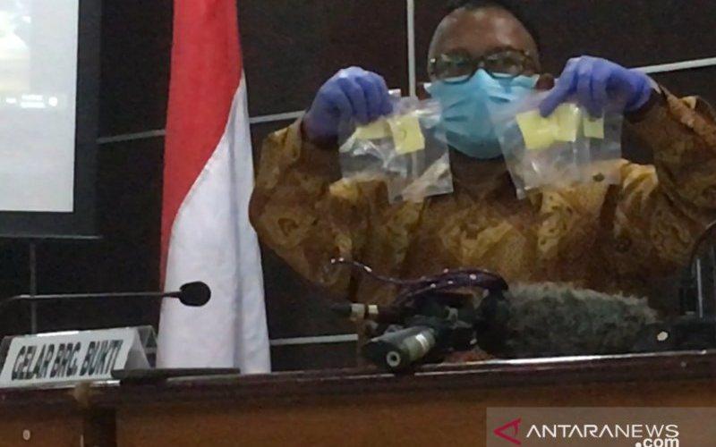 Ketua Tim Pemantauan dan Penyelidikan Komnas HAM Choirul Anam menunjukkan temuan barang bukti selongsong dan proyektil dari TKP penembakan enam laskar FPI di Tol Jakarta-Cikampek Kilometer 50 kepada wartawan di Gedung Komnas HAM Jakarta, Senin (28/12/2020) - (ANTARA -  Abdu Faisal)