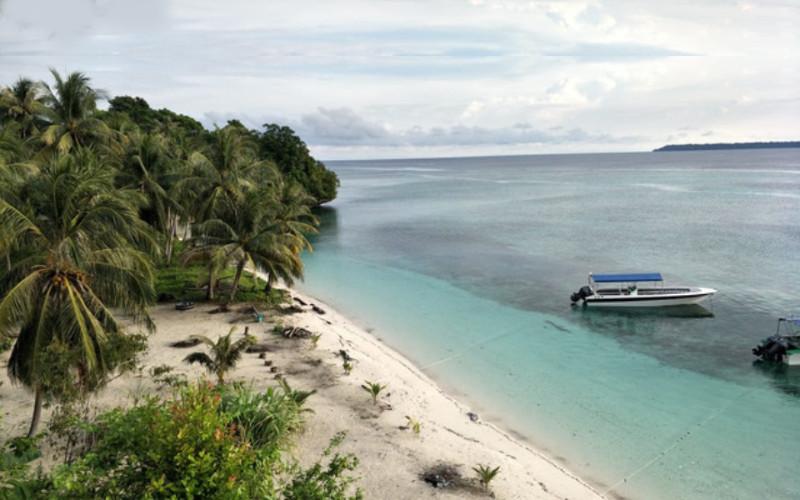 Maratua dikenal sebagai kawasan wisata bahari. Pulau ini memiliki daratan seluas 384,36 km2 dan laut 3.735,18 km2.  - kaltim.go.id