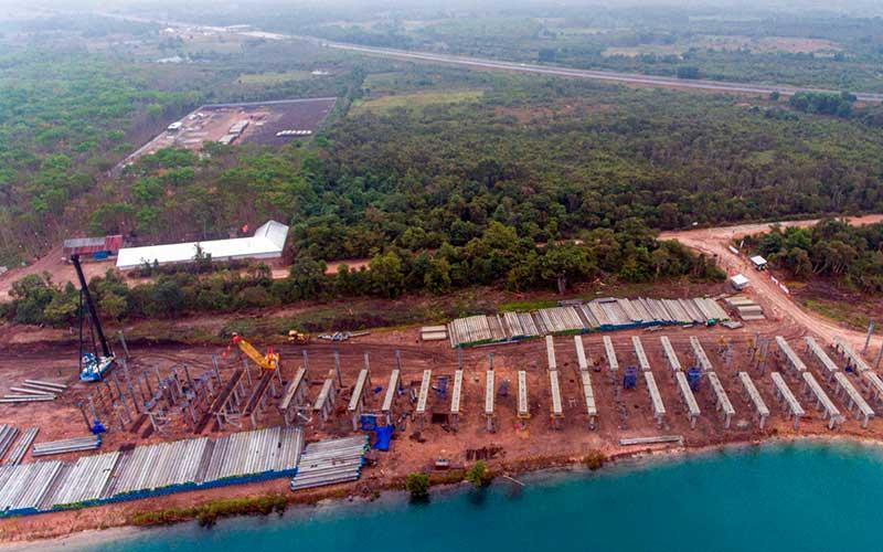 Foto udara pembangunan proyek jalan tol Trans Sumatera ruas Palembang-Bengkulu Seksi Indralaya-Prabumulih di Indralaya, Ogan Ilir (OI), Sumatera Selatan, Kamis(3/9/2020). Pembangunan jalan tol sepanjang 65Km tersebut ditargerkan rampung pada 2021. ANTARA FOTO - Nova Wahyudi