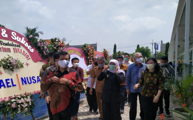 Gubernur Jawa Timur Khofifah Indar Parawansa saat meninjau lab Intibios di kawasan Juanda, Sidoarjo. - Antara