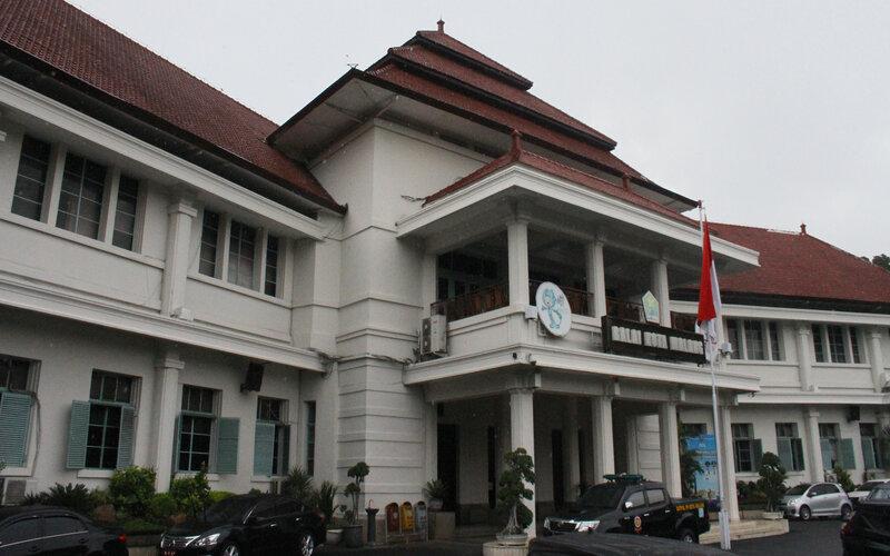 Sebuah mobil Satpol PP melintas di depan Balai Kota Malang, Jawa Timur, Rabu (2/12/2020). Belasan ASN di kantor setempat terindikasi terpapar Covid-19 di awal bulan Desember. - Antara/Ari Bowo Sucipto.