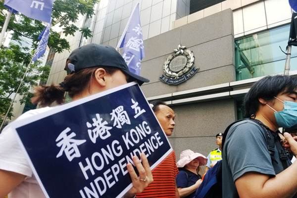 Warga dan aktivis berdemonstrasi menentang larangan partai politik di Hongkong, Sabtu (21/7/2018) - Reuters
