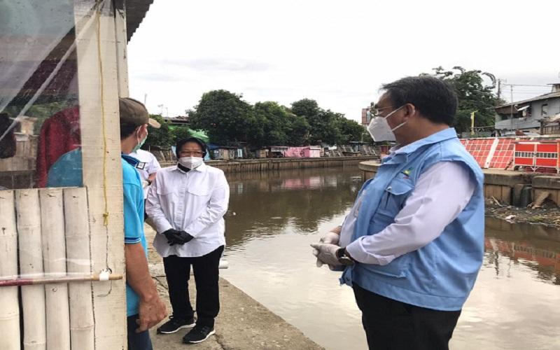 Menteri Sosial Tri Rismaharini saat blusukan di kawasan bantaran Kali Ciliwung, Menteng, Jakarta Pusat, Senin (28/12/2020). -  Twitter @kemensosRI