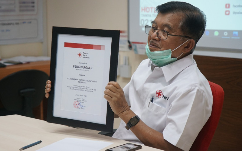 Jusuf Kalla, Ketua Palang Merah Indonesia, menunjukkan sertifikat penghargaan setelah menerima simbolisasi donasi berupa 9.000 unit masker N-95 dari PT Mitsubishi Motors Krama Yudha Indonesia (MMKI), Kamis (14/5 - 2020) / dok.MITSUBISHI